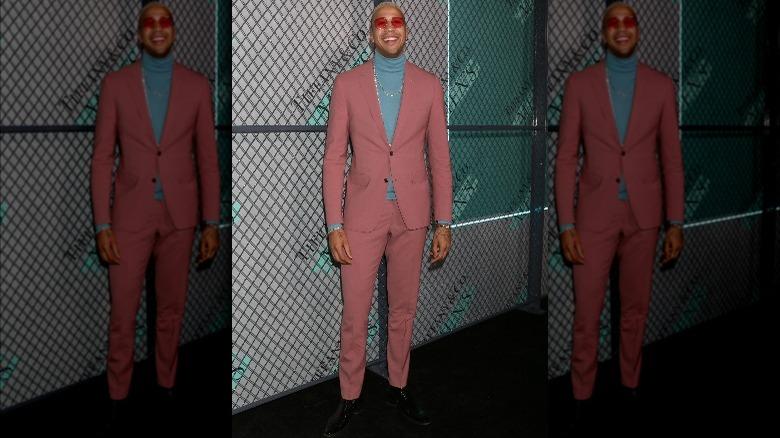 Miles Chamley-Watson med røde briller