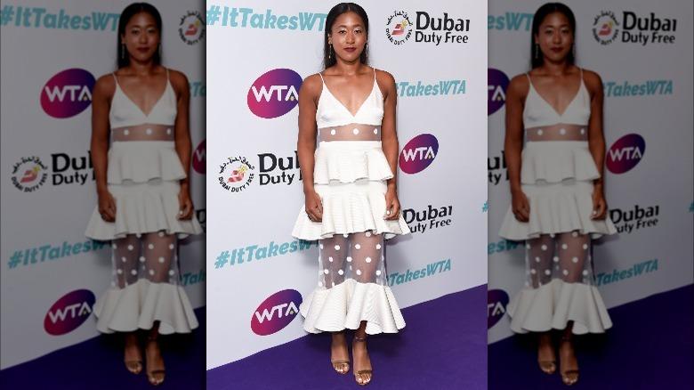 Naomi Osaka i en hvit kjole