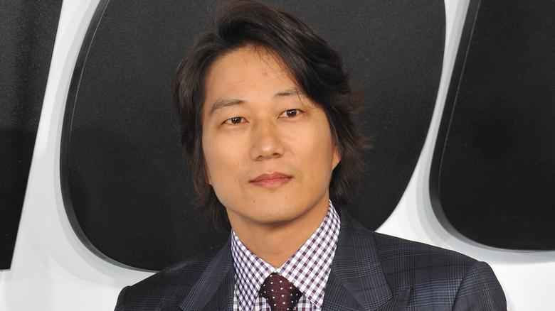 Sung Kang smilende lett
