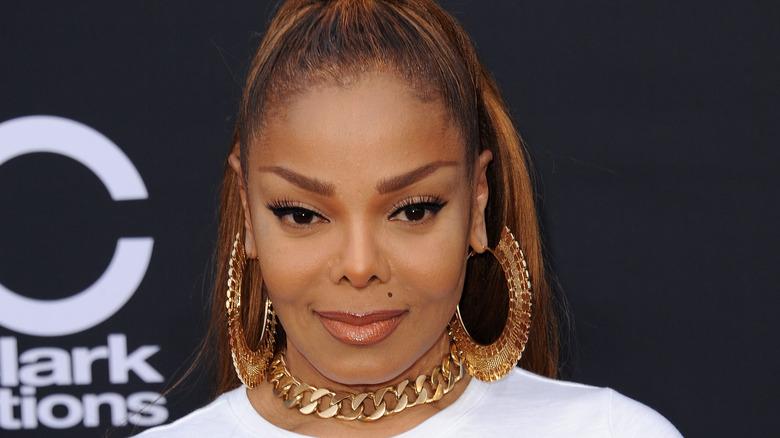 Janet Jackson smiler på rød løper