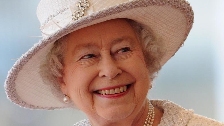dronningen smilende