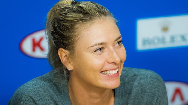 Maria Sharapova smiler til et arrangement