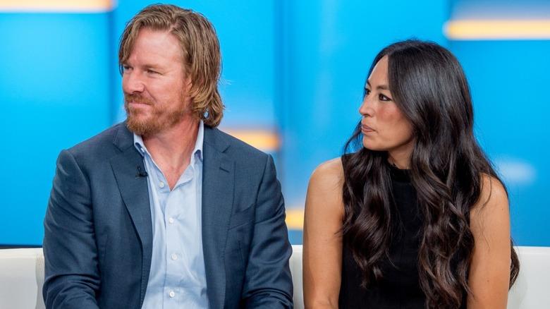 Chip og Joanna Gaines ser seriøse ut i intervjuet