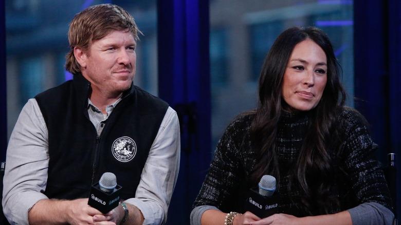 Chip og Joanna Gaines ser seriøst ut i intervjuet