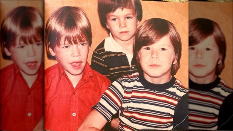 Mark Wahlberg som barn med to av brødrene sine.