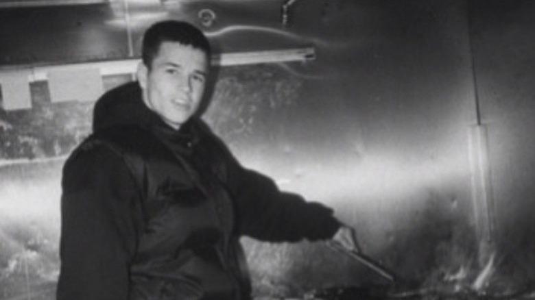 Unge Mark Wahlberg blar en burger.