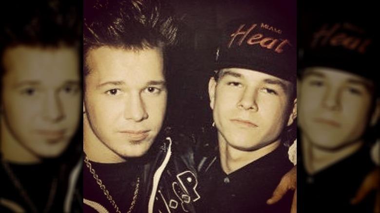 Donnie og Mark Wahlberg i hip hop-klær.