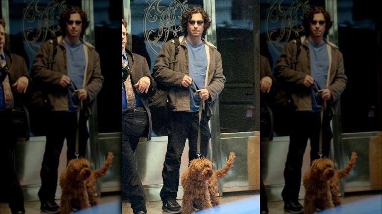 Jason Gould går med hunden sin