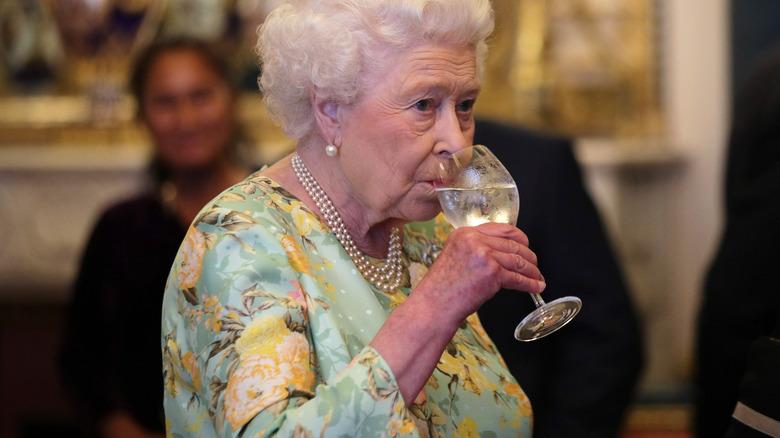 Dronning Elizabeth drikker