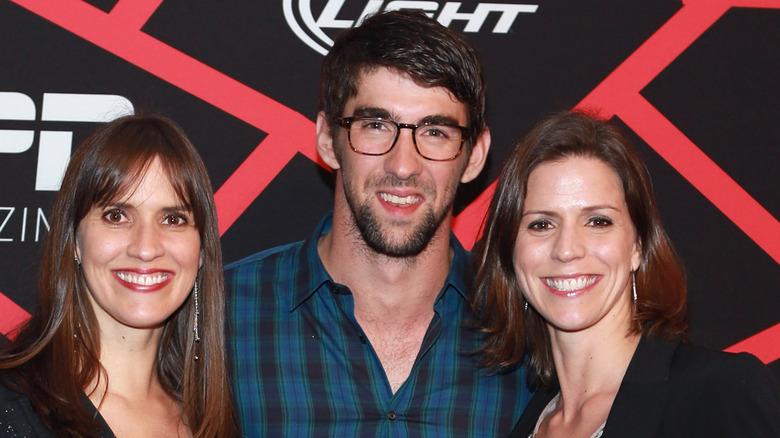 Hilary, Michael og Whitney Phelps poserer
