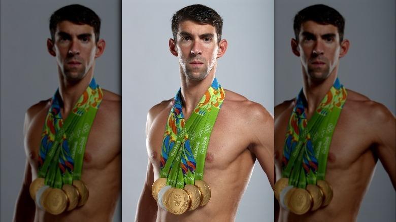 Michael Phelps poserer med medaljer
