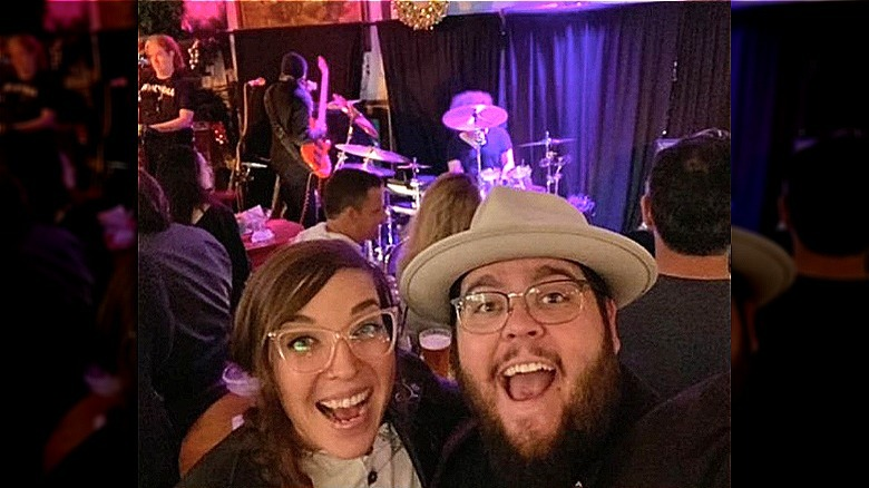 Emily Schalick og Charley Koontz i en selfie