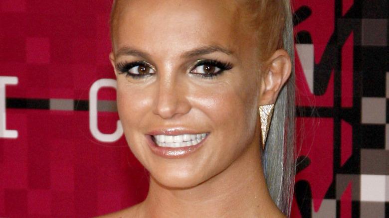 Britney Spears smiler på rød løper