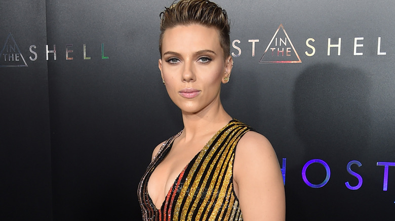 Scarlett Johansson med seriøst uttrykk på rød løper