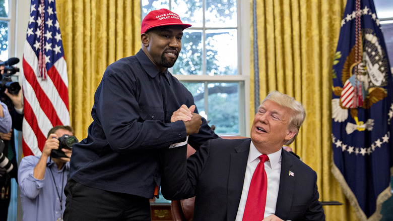 Kanye West håndhilser tidligere USAs president Donald Trump under et møte i Det ovale kontoret i Det hvite hus i Washington, DC