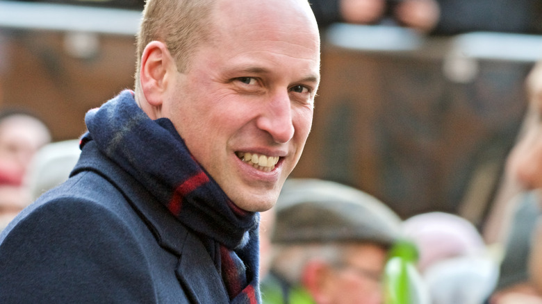 Prins William smilende og iført skjerf