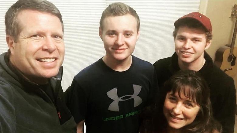 Jedidiah og Jeremiah Duggar med foreldrene, Jim Bob og Michelle Duggar