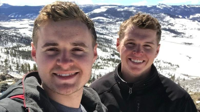 Jedidiah og Jeremiah Duggar på en fjelltopp