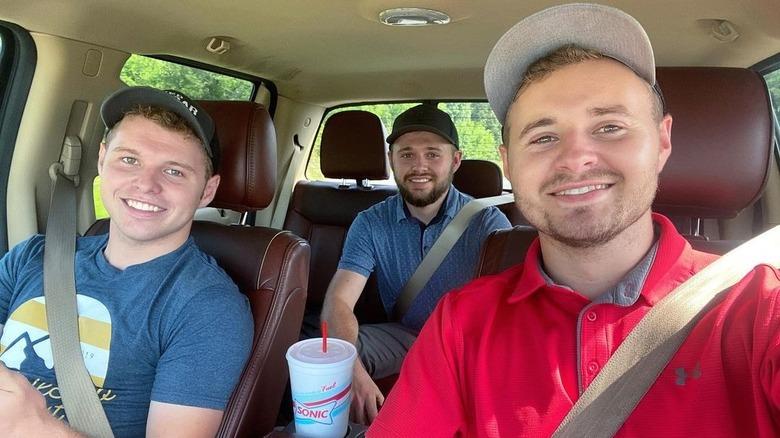 Jeremiah, Jedidiah og Jason Duggar i en bil
