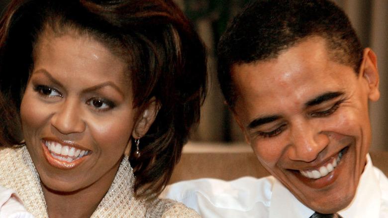 Michelle og Barack Obama smiler