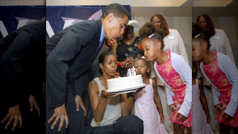 Obama-familien blåser ut bursdagslys