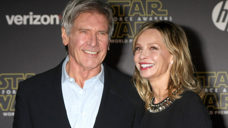 Harrison Ford stiller på den røde løperen med Calista Flockhart