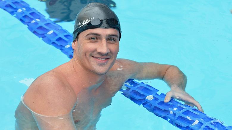 Ryan Lochte smiler i svømmebassenget
