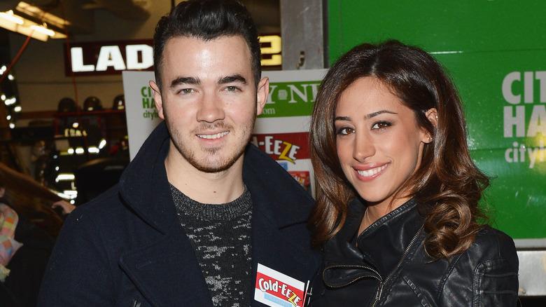 Kevin Jonas og Danielle Jonas smiler
