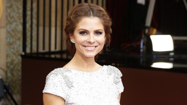 Maria Menounos smiler på den røde løperen