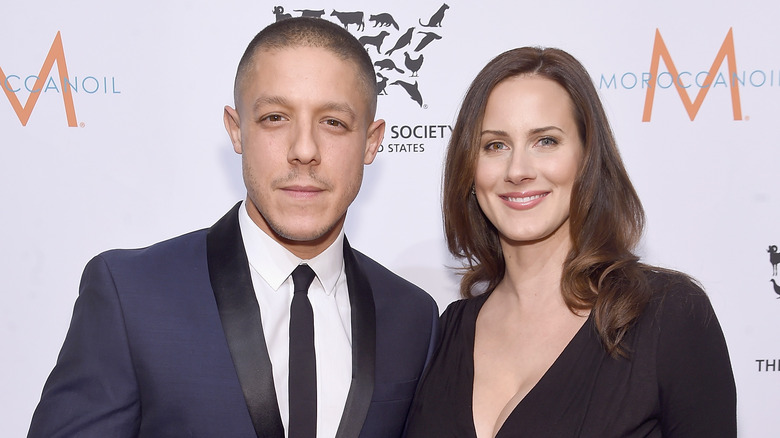 Theo Rossi og kona Meghan McDermott poserer sammen