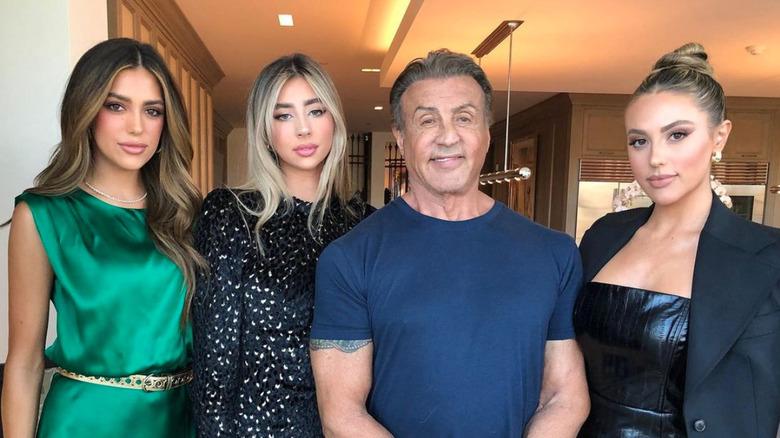 Sylvester Stallone stiller med sine tre døtre