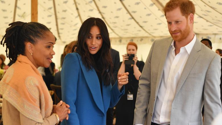Doria Ragland, Meghan Markle og prins Harry chatter