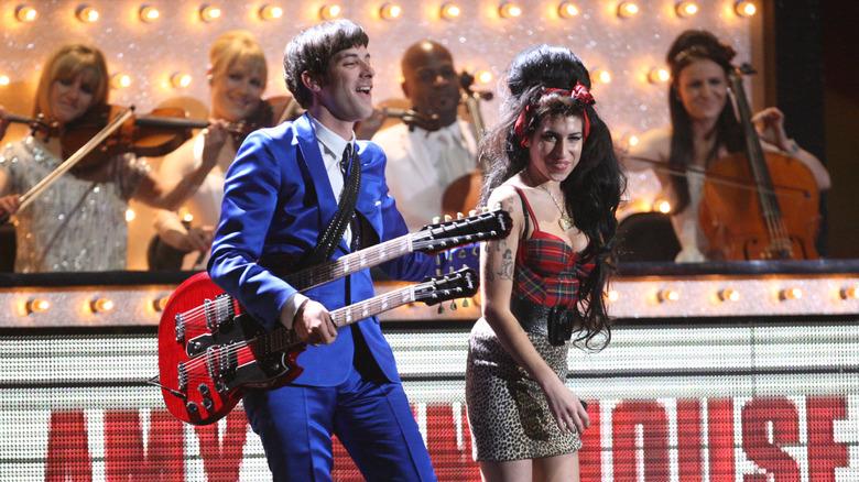 Amy Winehouse og Mark Ronson opptrer på BRIT Awards
