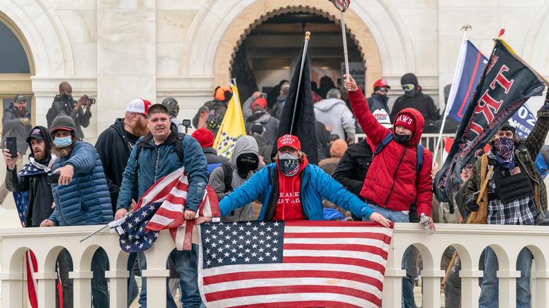 capitol riot amerikansk flagg