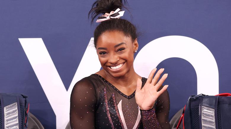 Simone Biles smiler til en konkurranse