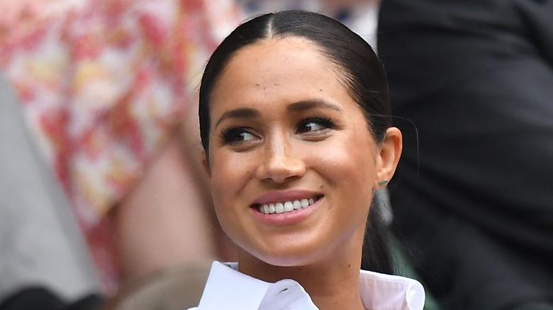 Meghan Markle smiler til Wimbledon