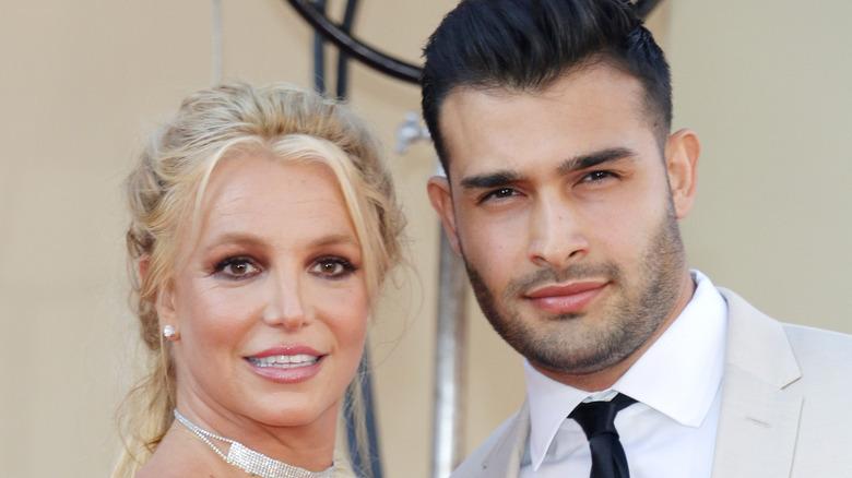 Britney Spears og Sam Asghari poserer sammen