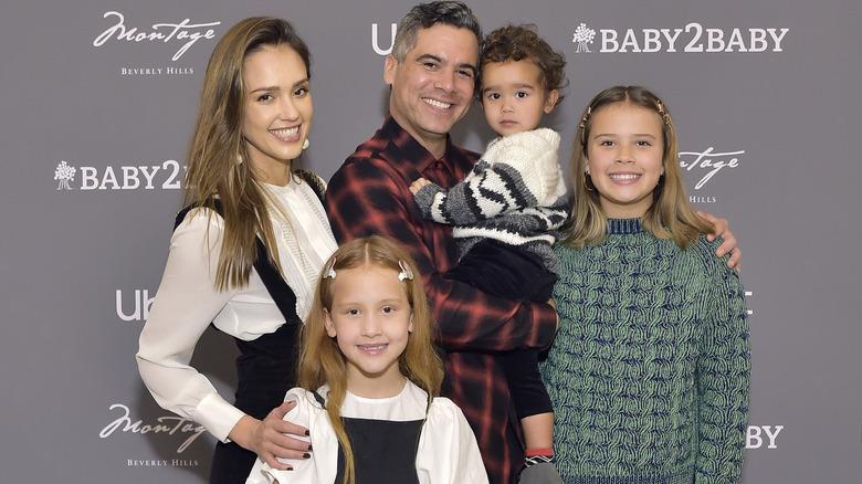 Jessica Alba, med mannen Cash Cash og deres tre barn inkludert Honor, i 2019