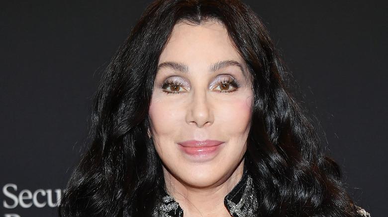 Cher smiler på rød løper ved et arrangement