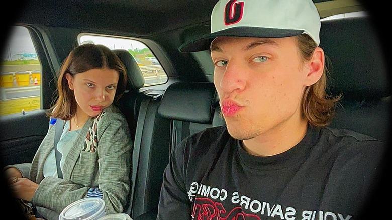 Millie Bobby Brown og Jake Bongiovi inne i bilen