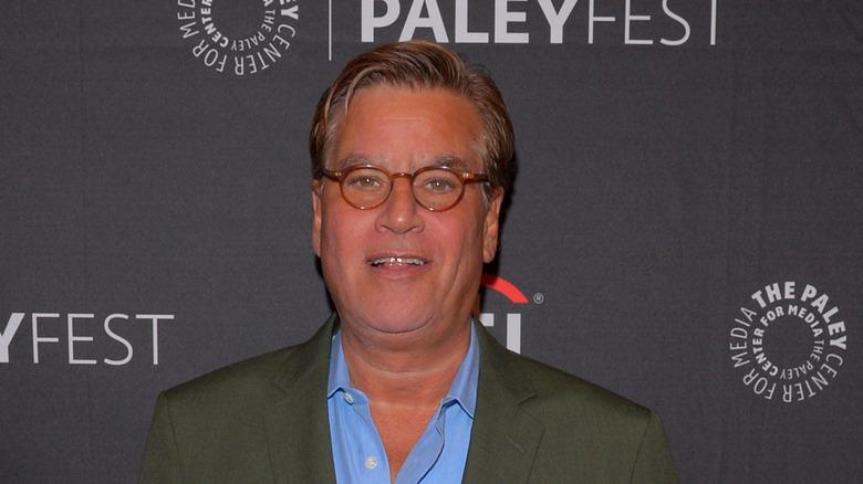 Aaron Sorkin smiler i røde briller på Paley Fest