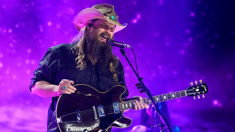 Chris Stapleton, iført cowboyhatt, spilte gitar og sang på scenen i 2021