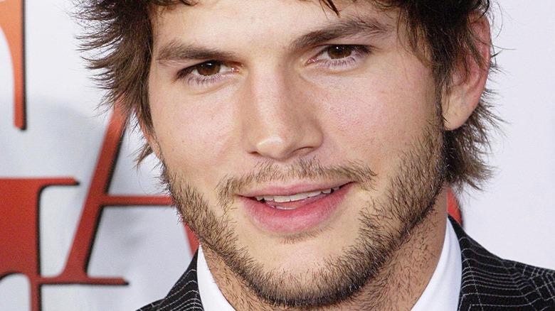 Ashton Kutcher smiler på den røde løperen