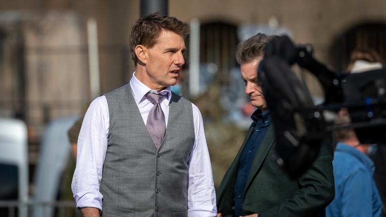 Tom Cruise iført dress på filmsett