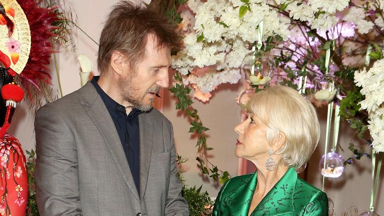 Liam Neeson og Helen Mirren stirrer på hverandre