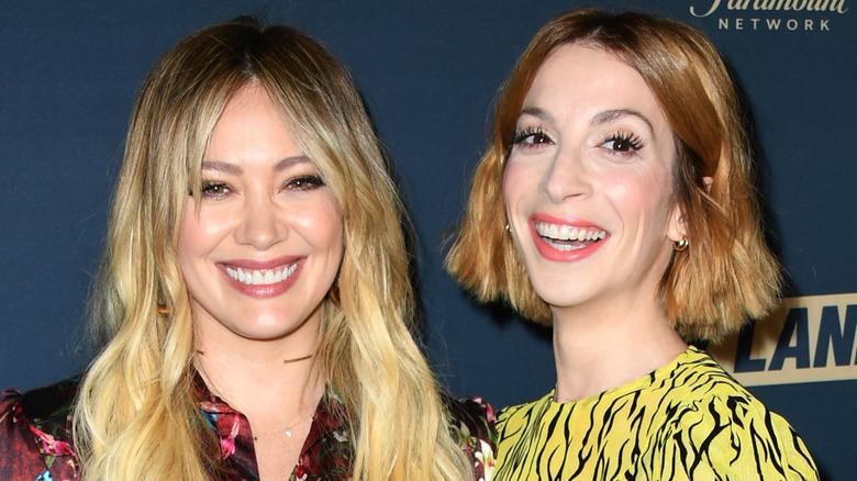 Hilary Duff og Molly Bernard smiler på premieren