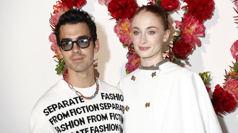 Joe Jonas og Sophie Turner poserer sammen