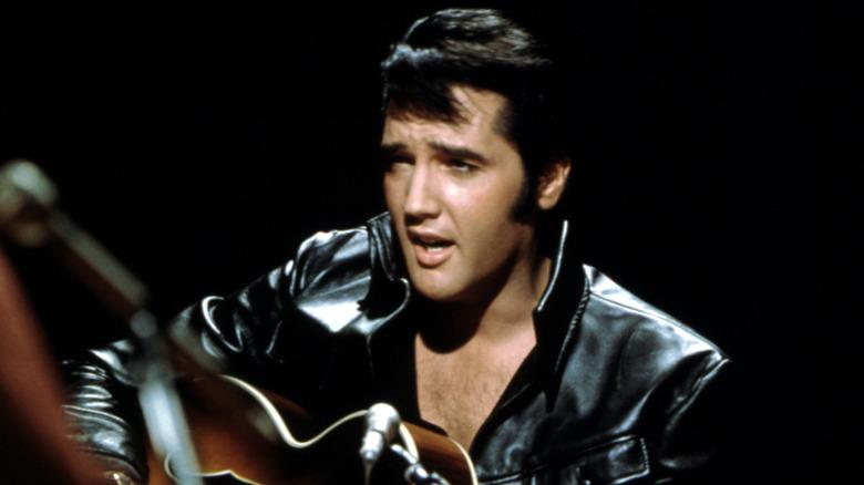Elvis Presley synger og spiller gitar