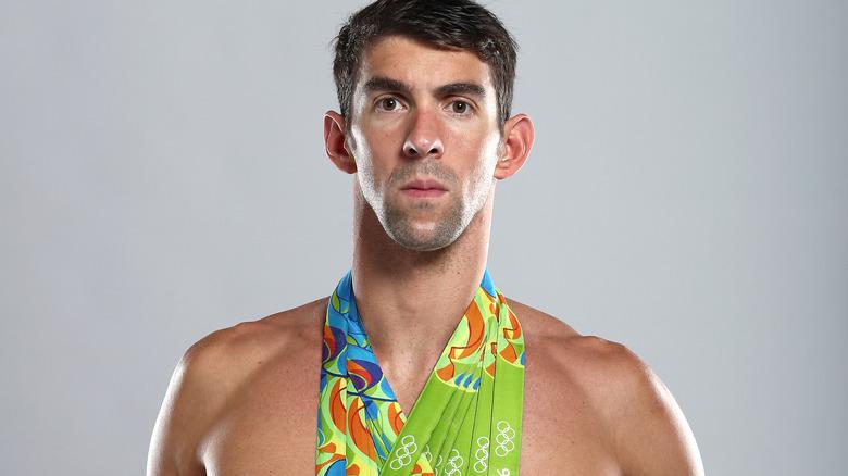 Hjelper med medaljer rundt halsen