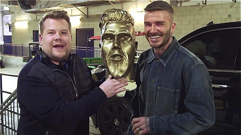 James Corden og David Beckham med statue